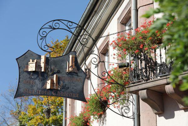 Zoom sur l'enseigne en fer forgé de l'Hôtel Restaurant des 3 Châteaux à Ribeauvillé